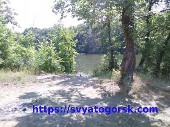 У костра на берегу реки